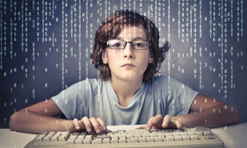 Мальчик в очках с клавиатурой