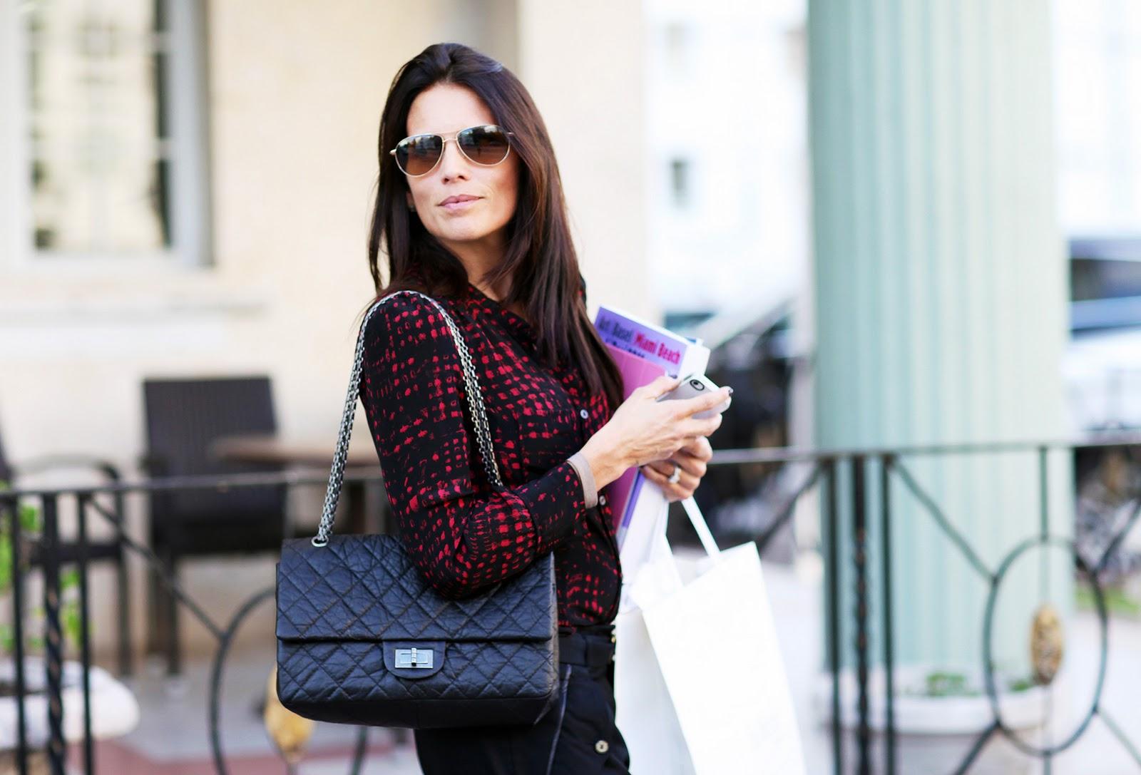 Деловая женщина с сумкой