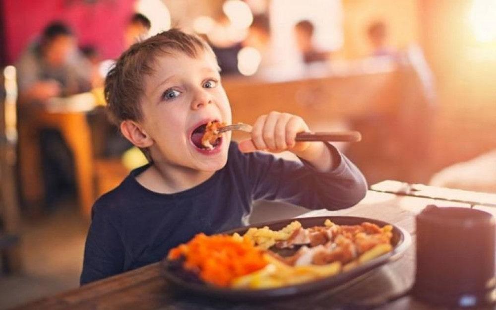 Ребенок кушает вилкой