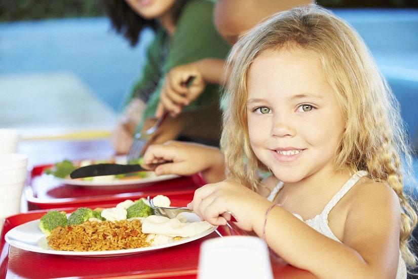Девочка кушает за столом