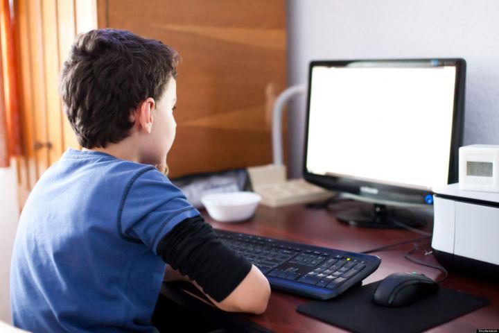 Мальчик смотрит в монитор