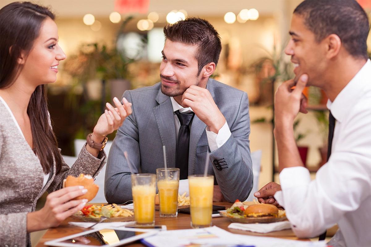 Завтрак женщина и двое мужчин