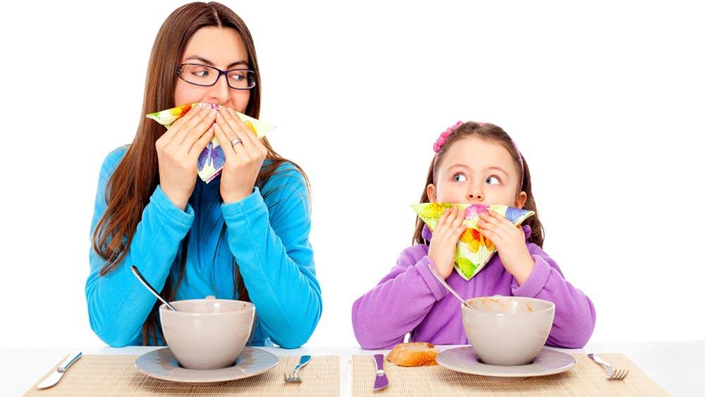 Мама и дочь вытираются салфеткой