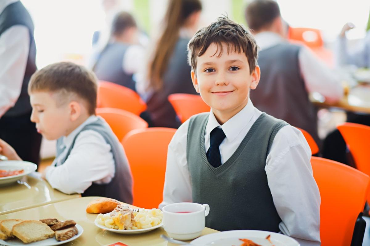 Мальчик в столовой