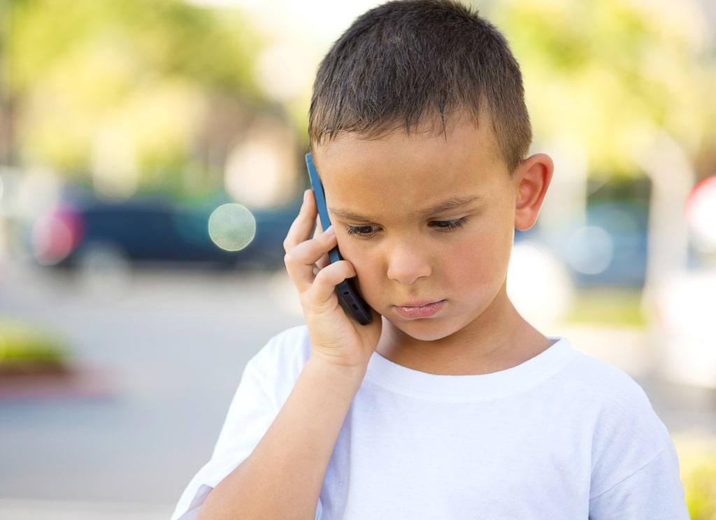 Мальчик обеспокоен телефонным разговором