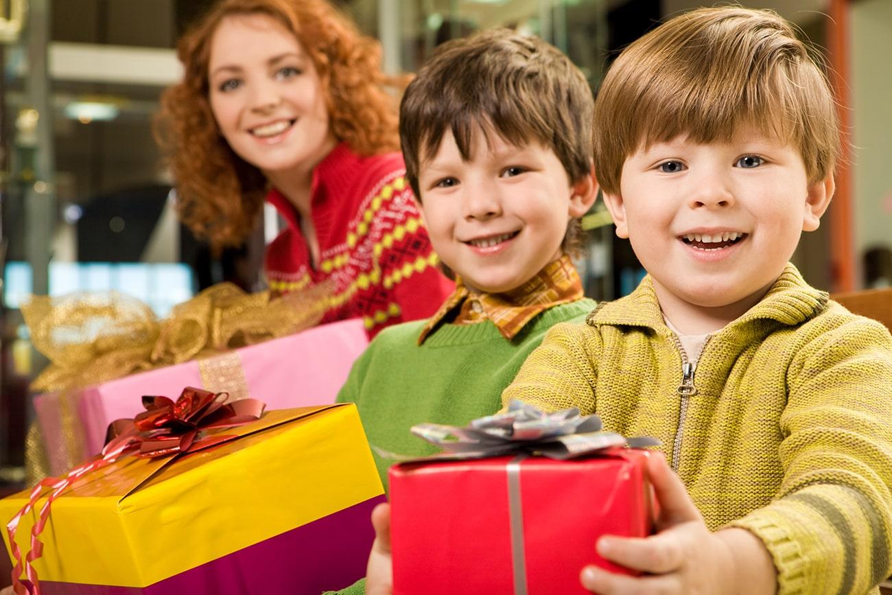 Мальчики с подарками