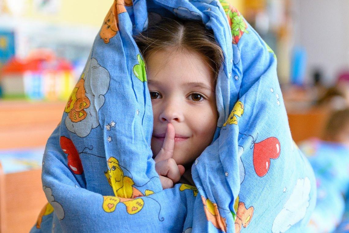 Девочка в одеяле
