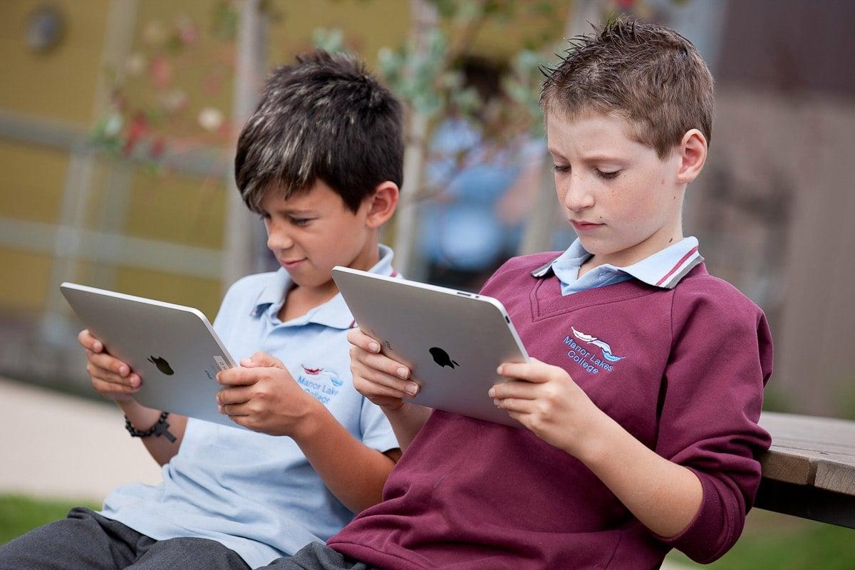 Два мальчика с планшетами