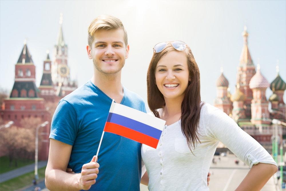 Парень и девушка с флагом России
