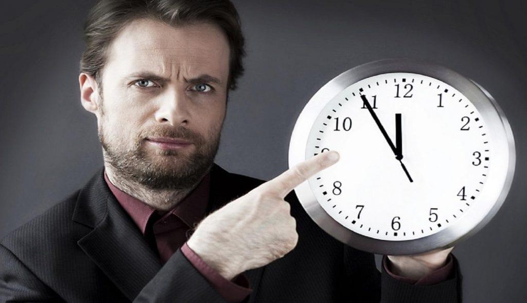 Мужчина показывает на часы