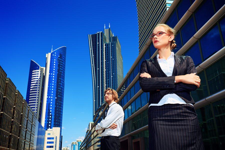 Мужчина и женщина на фоне небоскреба