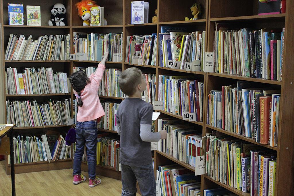 Девочка тянется за книгой