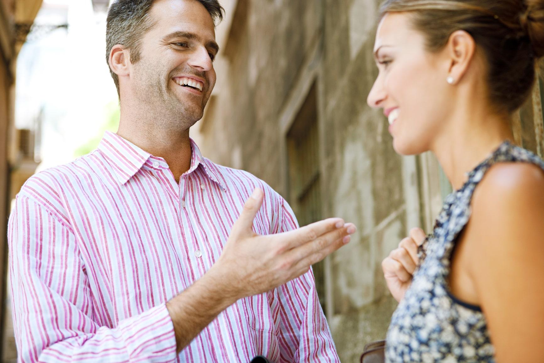 Мужчина разговаривает с женщиной