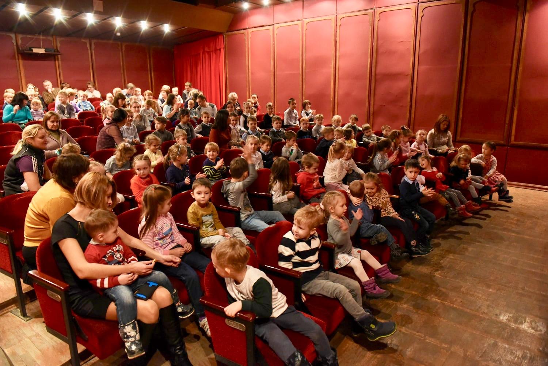 Дети ждут спектакль