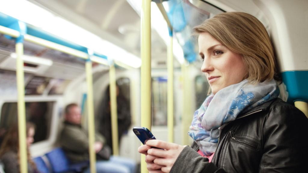 Девушка в вагоне метро